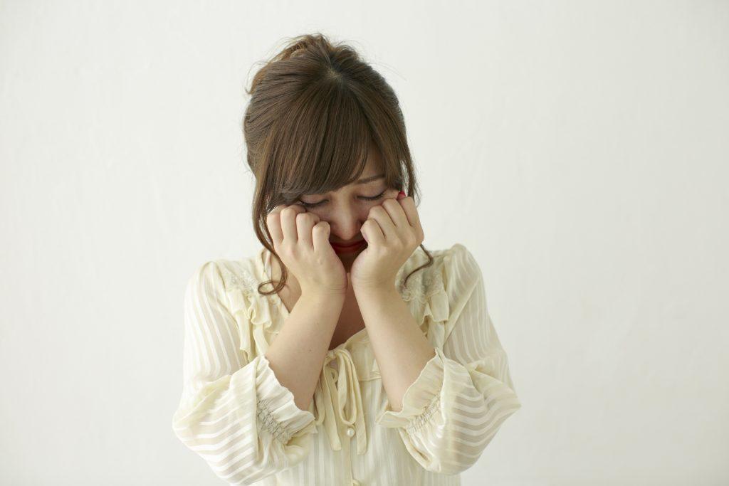 辛くて泣いている美人