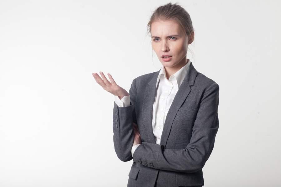 辛い経験を語る女性