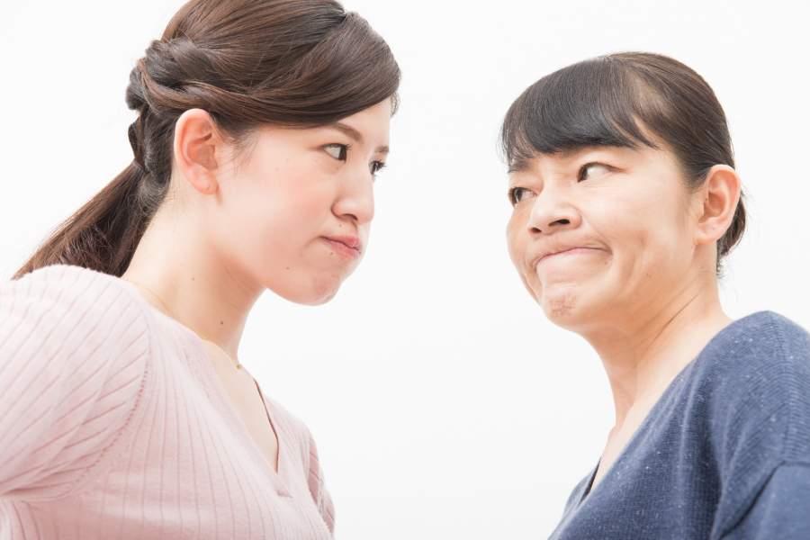 母親とけんかする女性