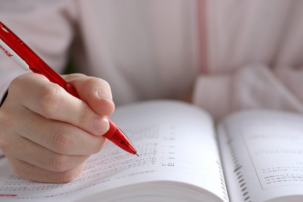勉強をしている生徒