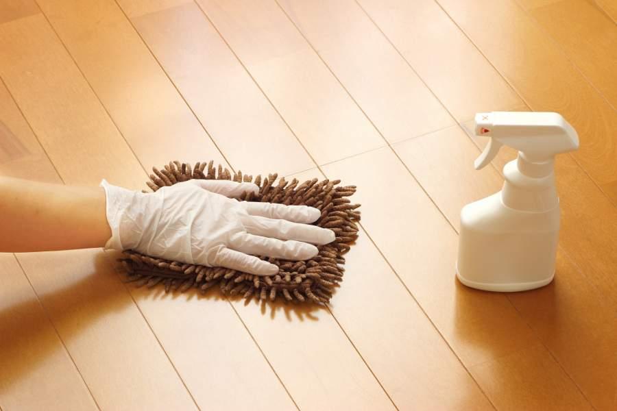床掃除をしている人