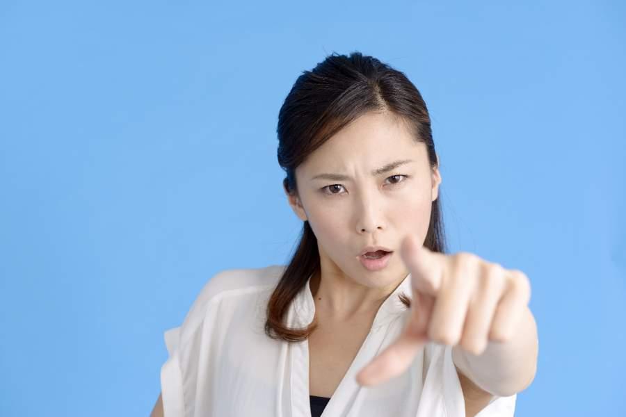指を刺して起こる女性