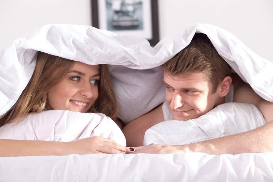 ベッドの中にもぐるカップル