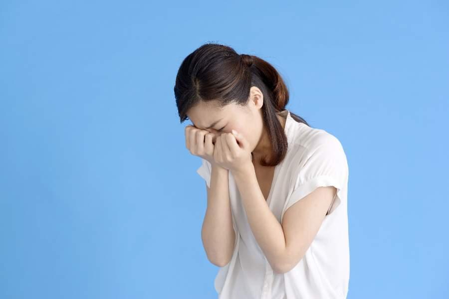 辛く泣いている女性
