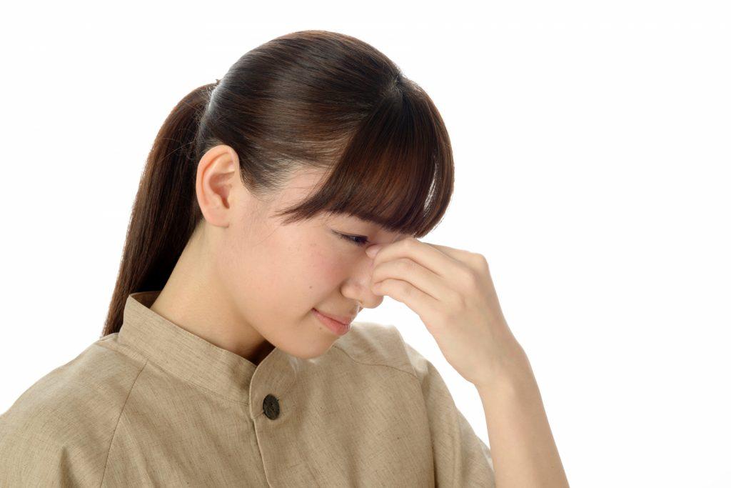 泣いている女性店員