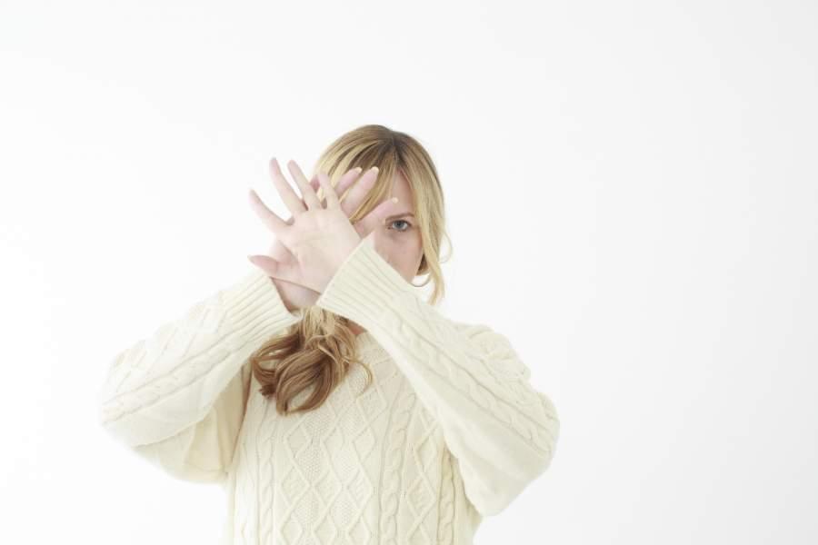 手をかざす女性