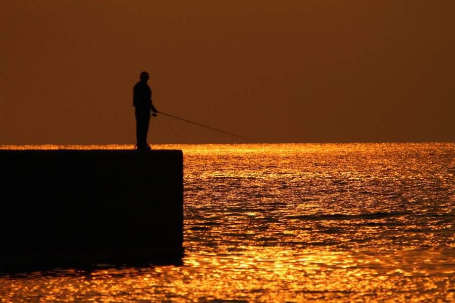 1人で釣りをする男性