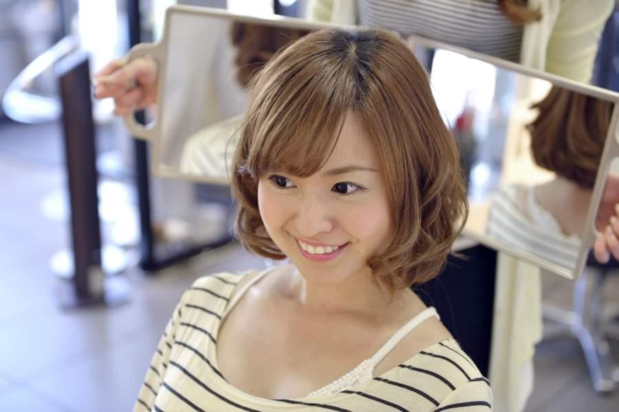 前髪を切る女
