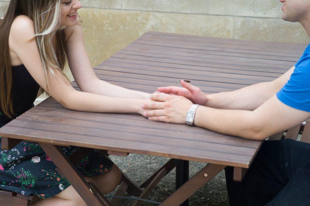 手を重ねるカップル