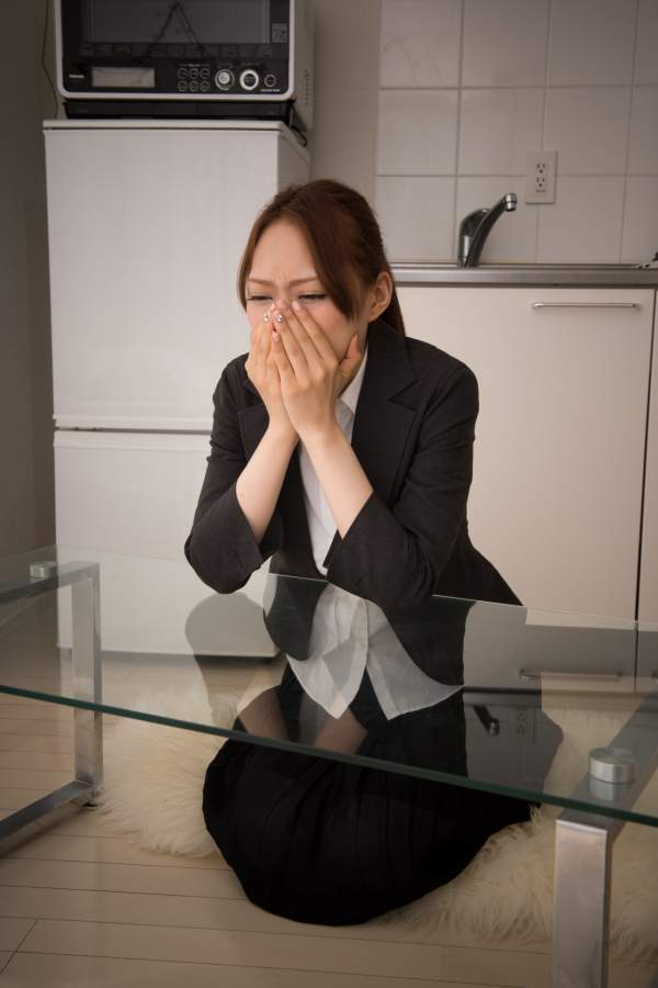 つらくて泣いている女性