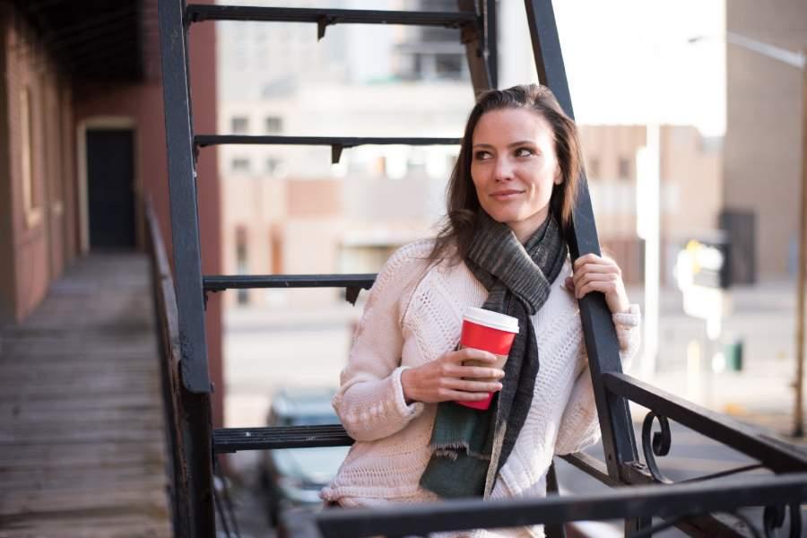 コーヒーを持っている女性