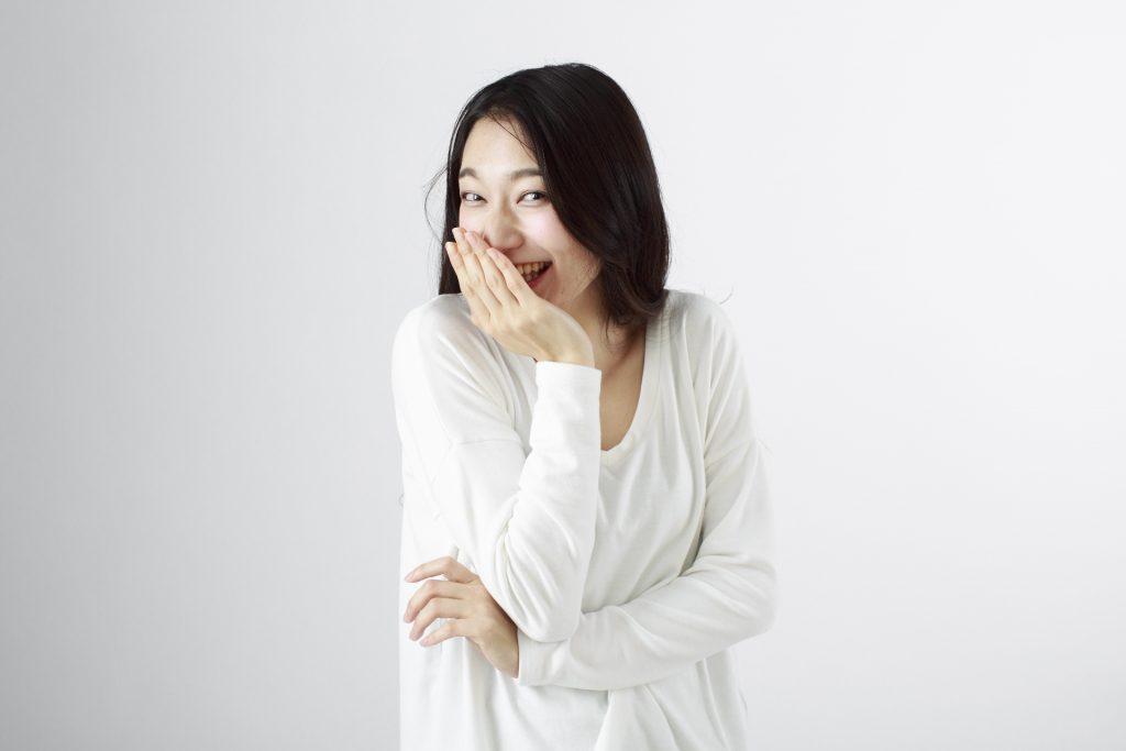 笑みを浮かべる女性