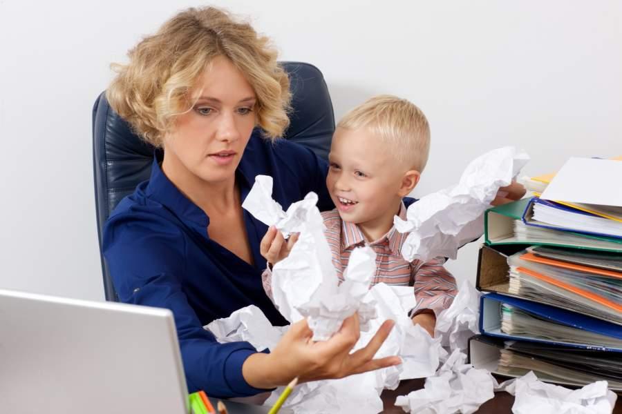 紙をくしゃくしゃにする赤ちゃん