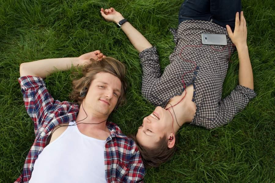 音楽を聴いているカップル