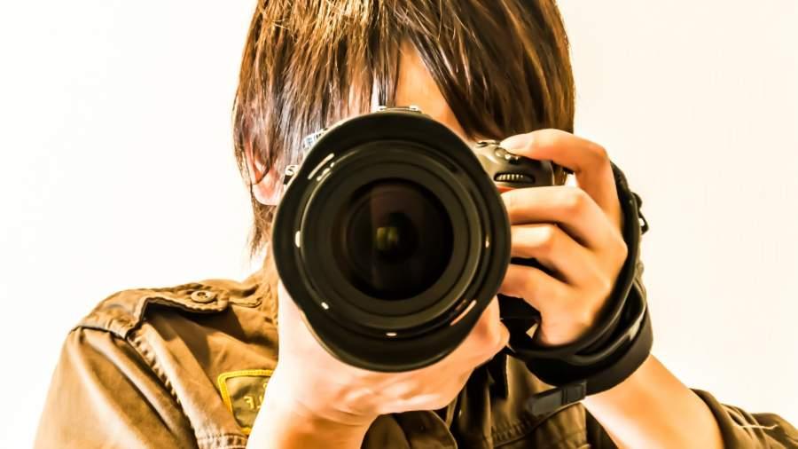 写真撮影する男性