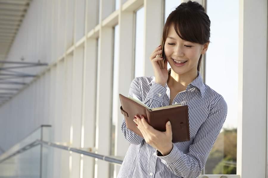 女性と手帳