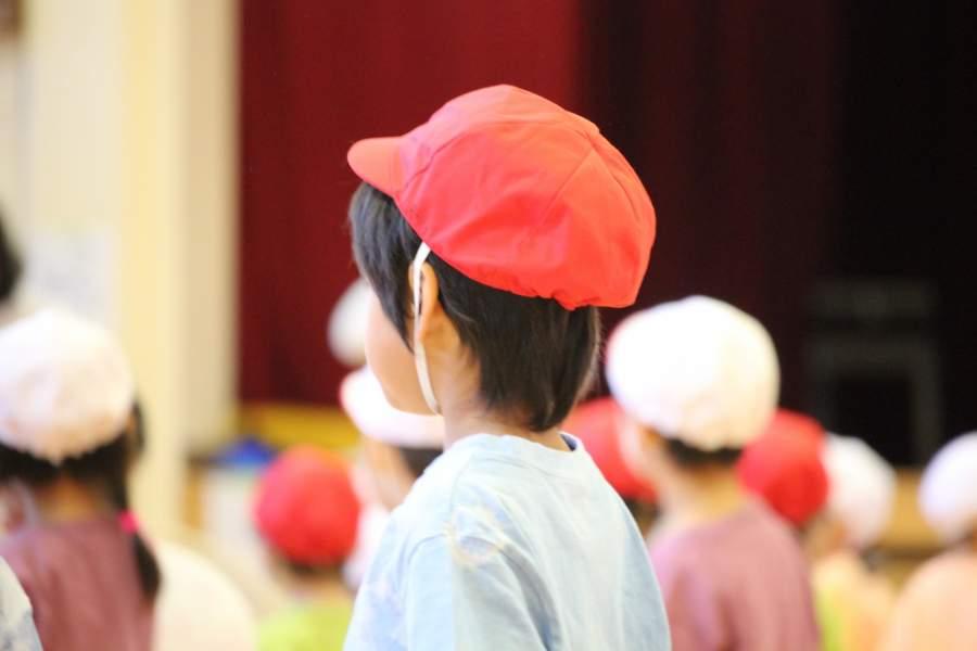 体育帽子をかぶる子供