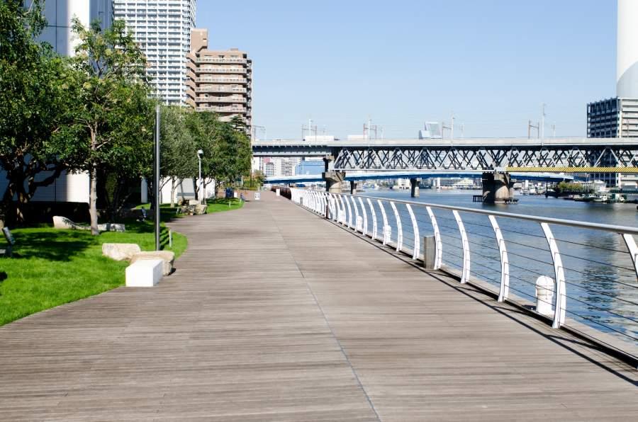 川沿いの歩道橋