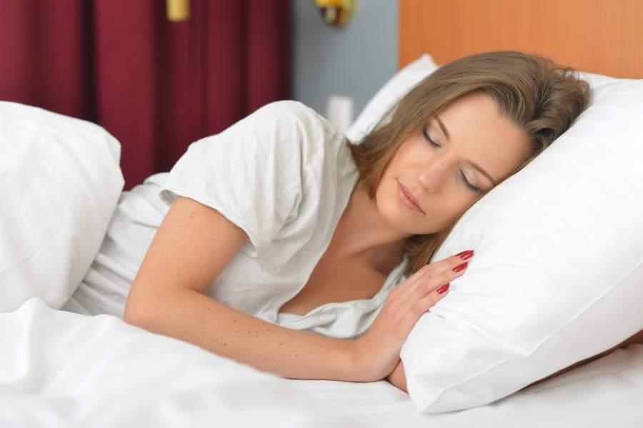 早く寝る女性