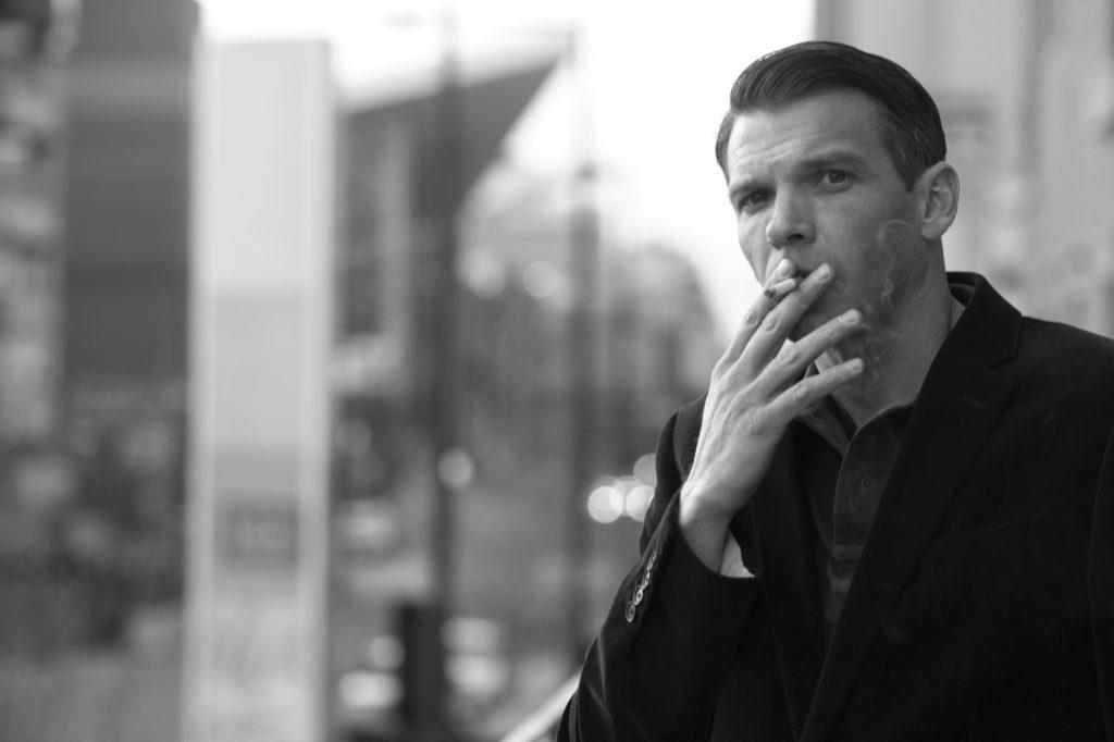 タバコをすっている男性