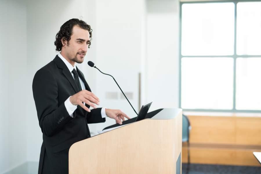 講義をする男性