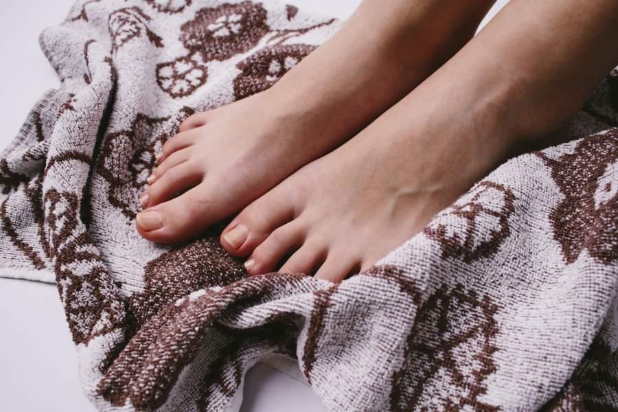 タオルと裸足