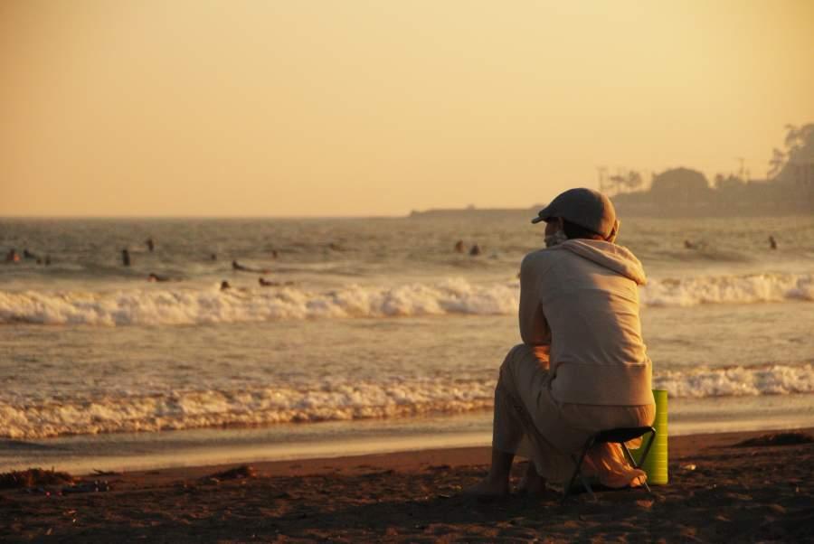 1人で海を眺める女性