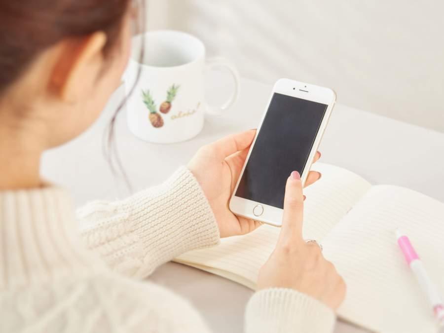 携帯を触っている女性