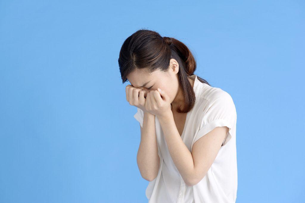 泣き崩れている女性