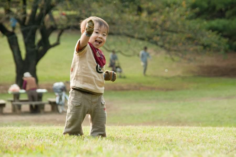 歩く練習をする子供