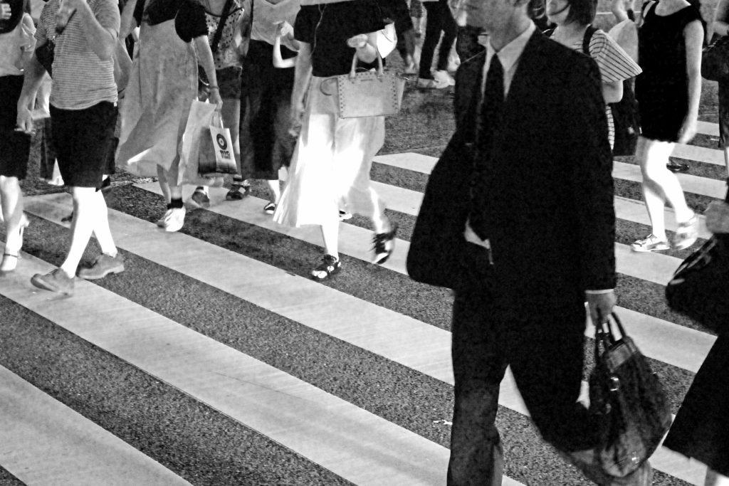 横断歩道を歩く社会人