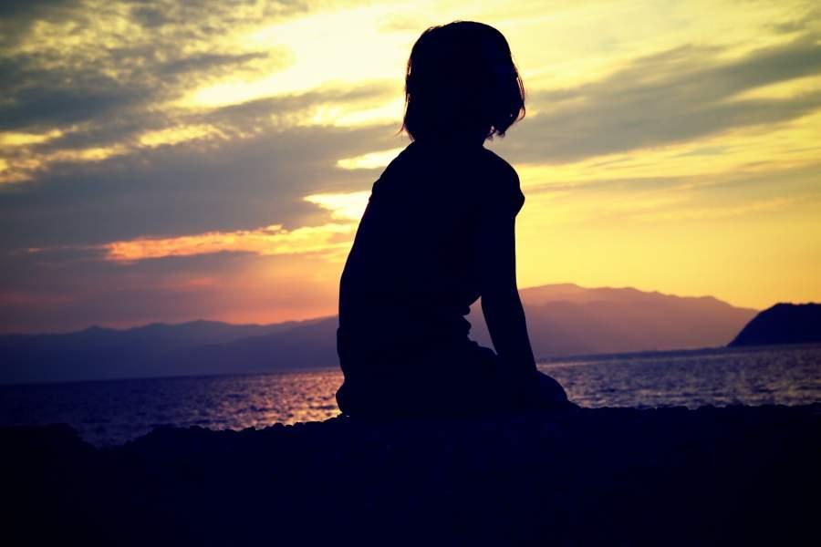 孤独で黄昏ている女性