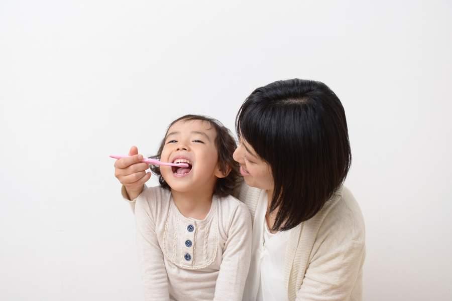 歯磨きをする親子