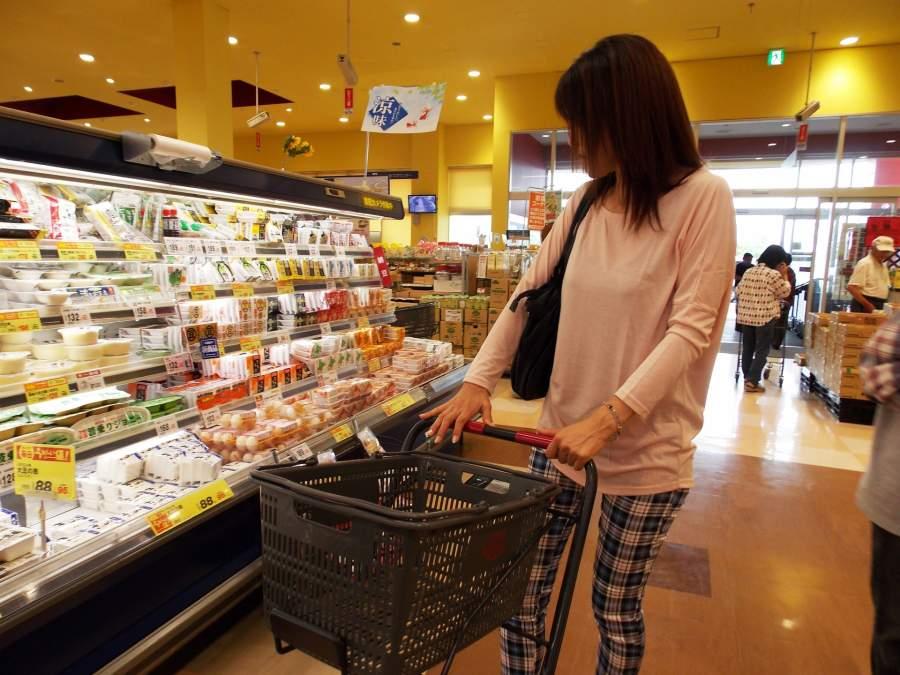 スーパーで買い物をしている女性