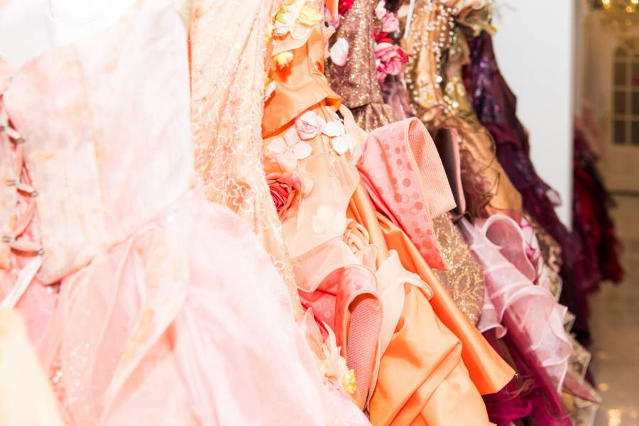 数多くのドレス