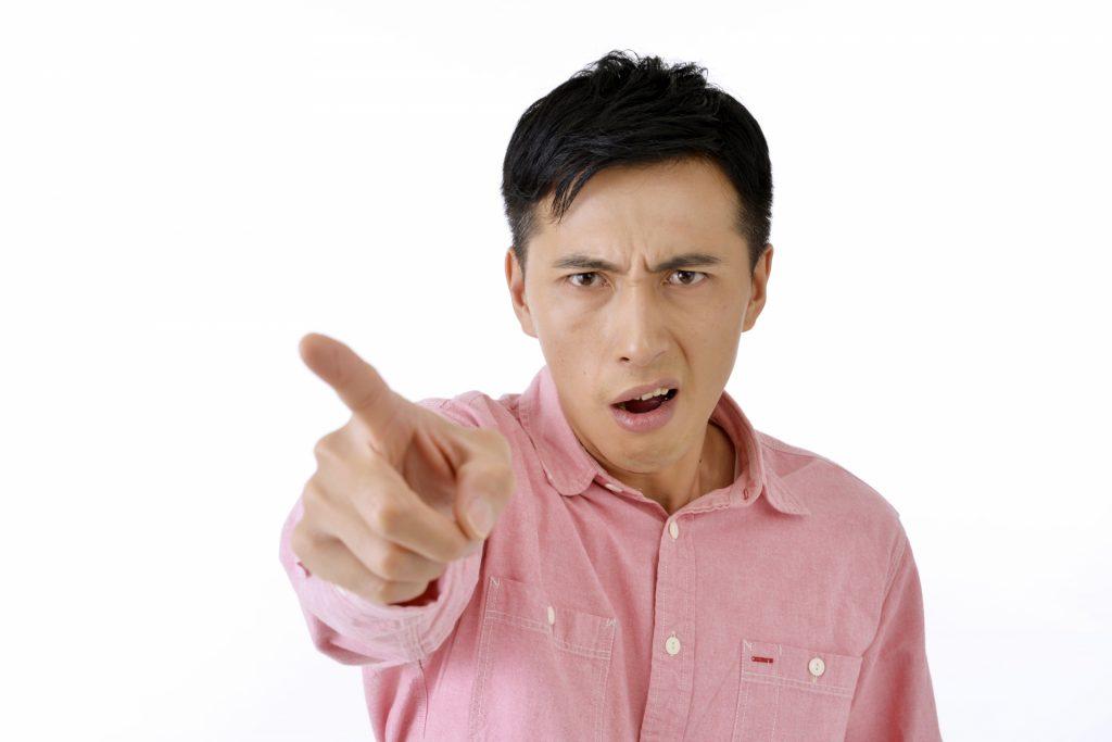 怒っている男性