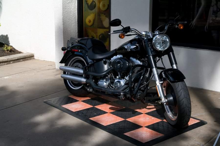 かっこいいバイクと車庫