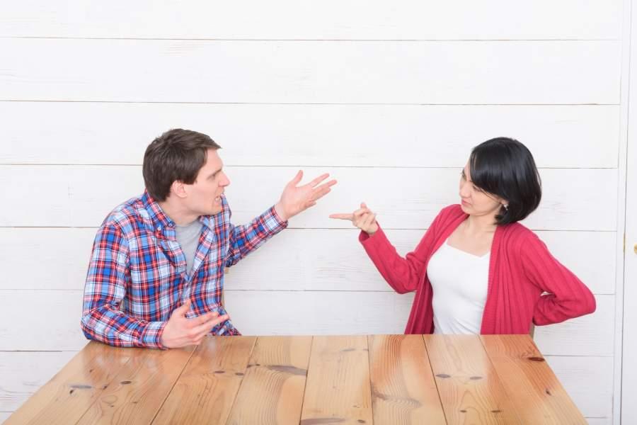 討論する夫婦