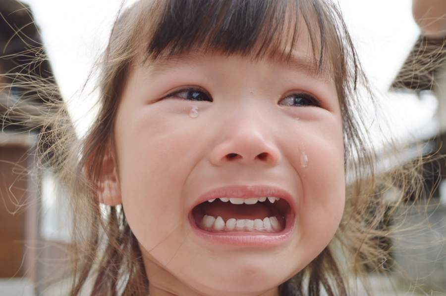 大泣きする娘