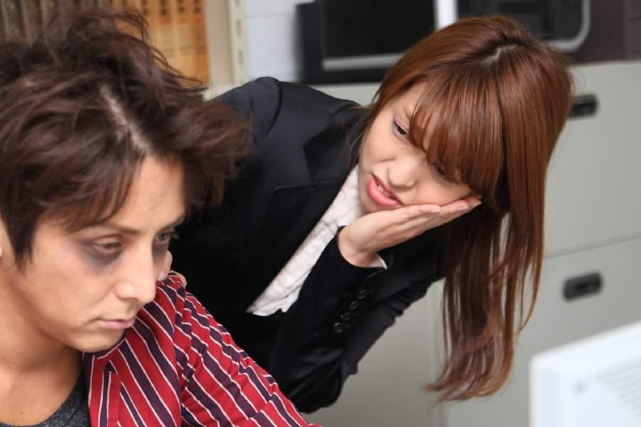 徹夜明けの同僚を心配する女性