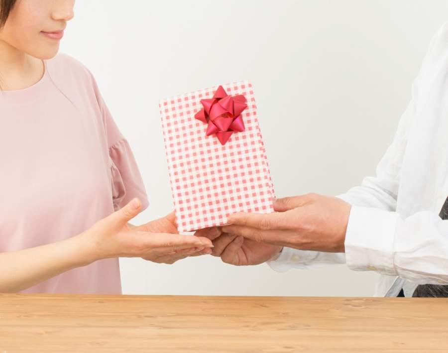 プレゼントを渡す夫