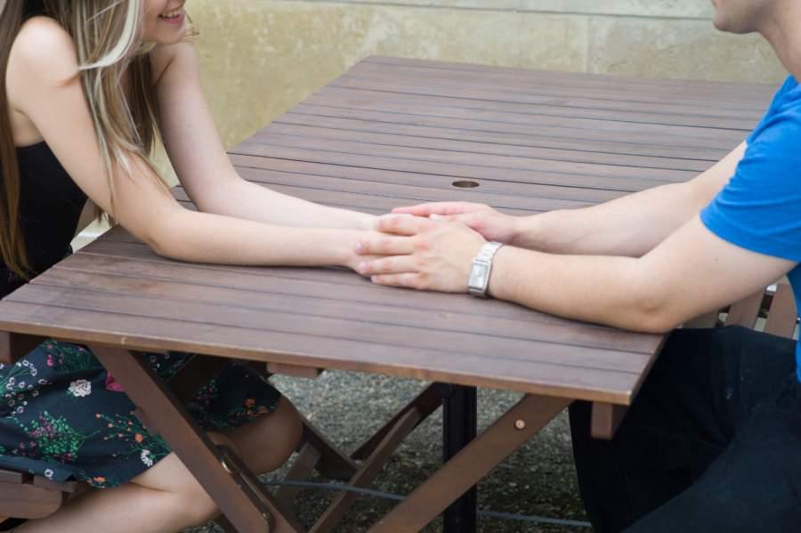 手を触れあう男女