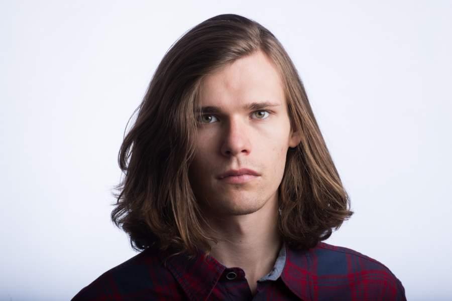 髪の毛が長い男性