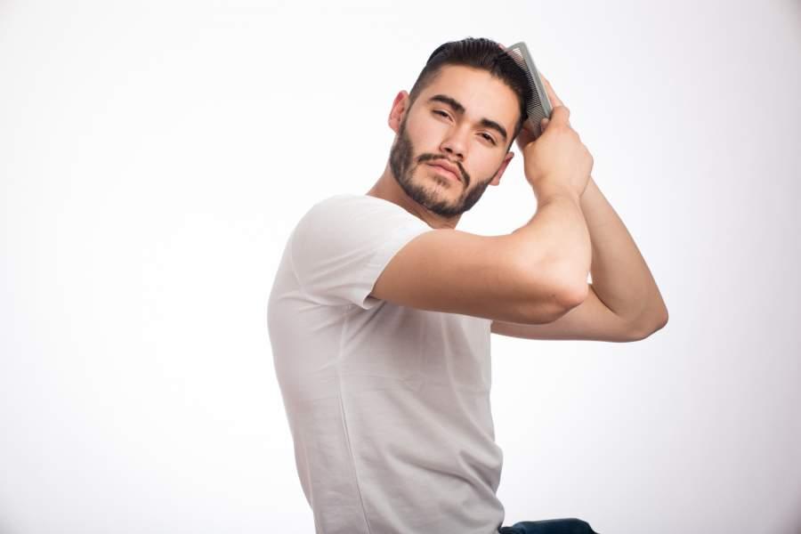 髪の毛を整える男性