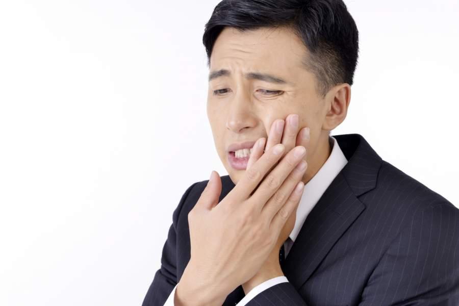 虫歯に苦しむ男性