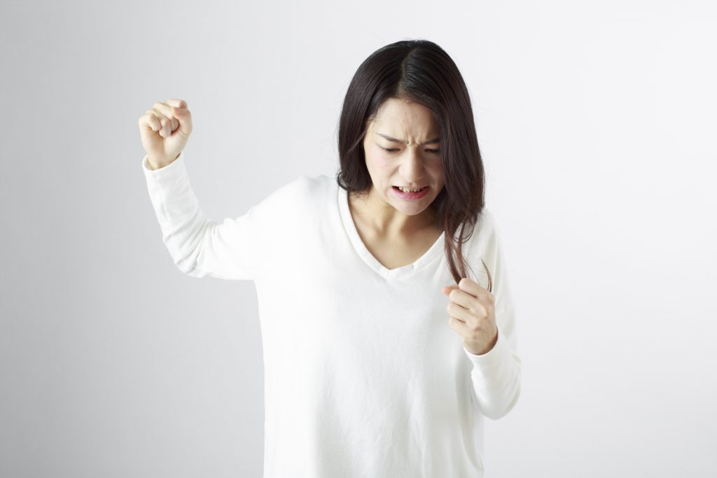 手を挙げる女性