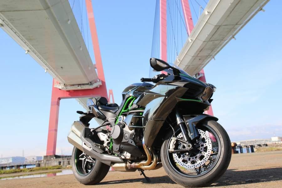 高架下とバイク