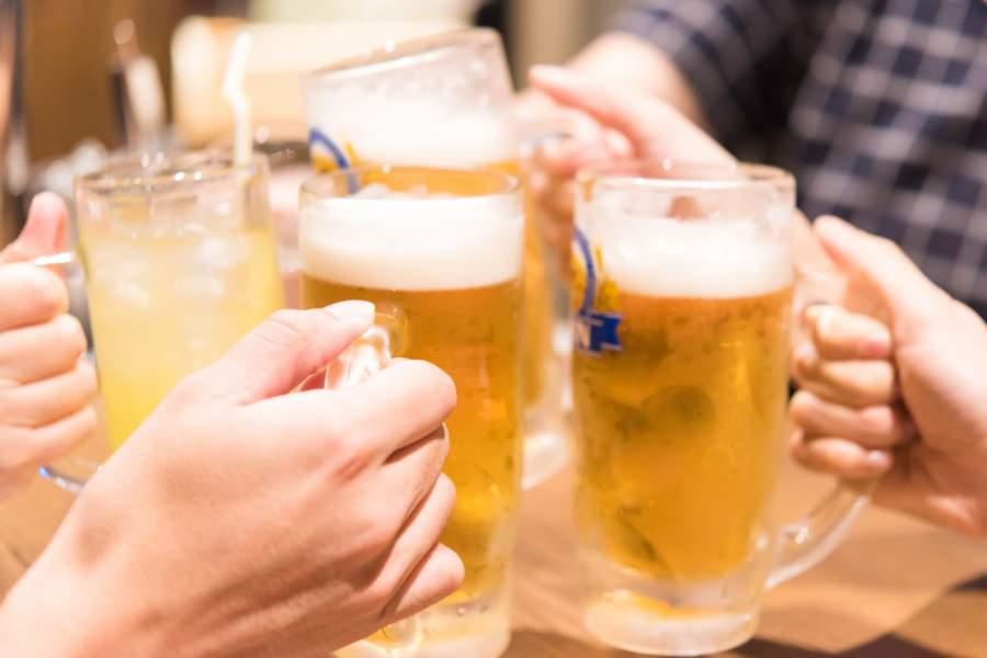 飲み会に参加する男女
