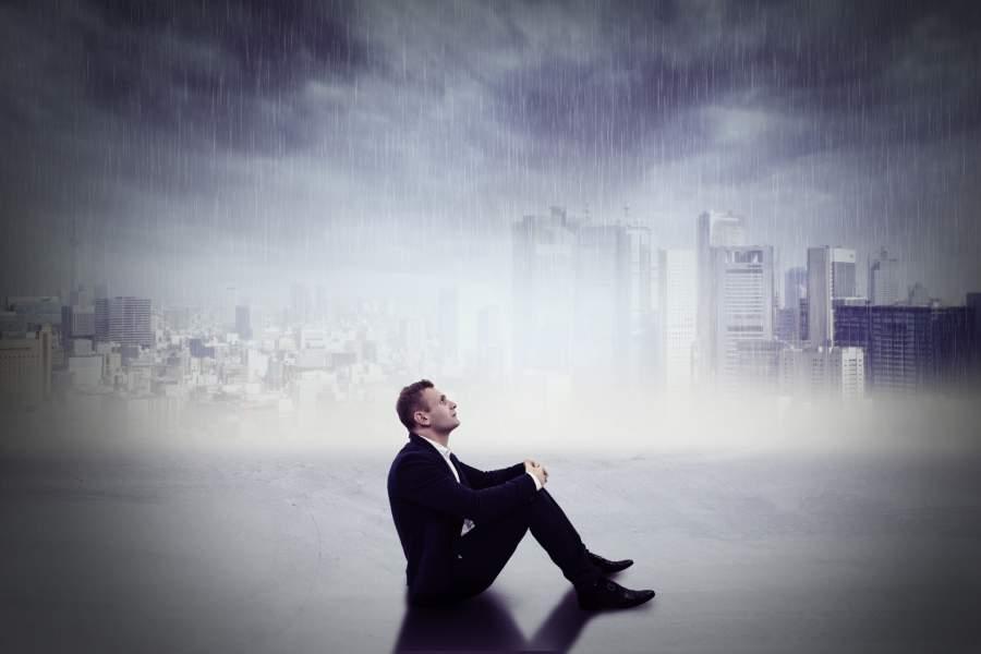 経済的に苦しい思いをする男性