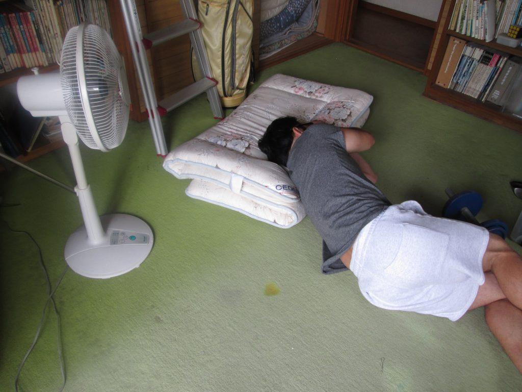 昼寝する男性